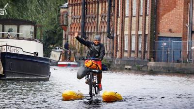 Dhruv Boruah el hombre que con su bicicleta está limpiando el río Támesis.